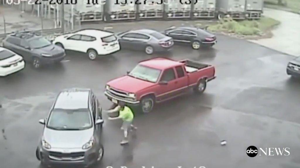 Foto: Bawa Palu, Pria AS Mengamuk di Parkiran Philadelphia