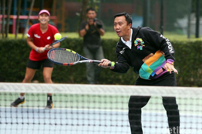 Begini gaya Menpora Imam Nahrawi saat bermain sot tenis bersama beberapa atlet pelatnas Asian Games 2018.
