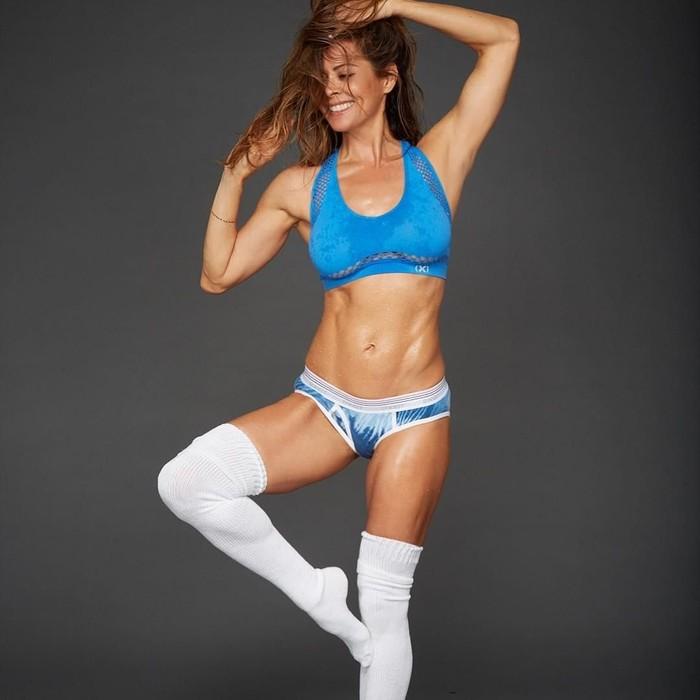 Mantan pembawa acara Dancing with the Stars, Brooke Burke-Charvet. Pemeriksaan rutin pada 2012 mengungkapkan benjolan yang mencurigakan di leher yang ternyata adalah kanker tiroid. (Foto: Instagram/brookeburke)