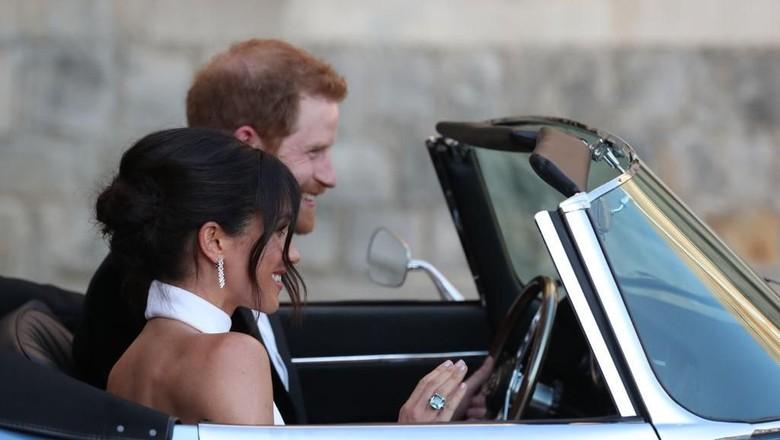 Pangeran Harry dan Meghan Markle saat naik mobil bersama Foto: Getty Images
