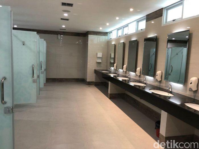 Bagian toilet dari bandara ini juga tampak mewah layaknya bandara internasional lainnya di dunia. Lokasi toilet di terminal bandara berada di sudut bangunan yang di sebelahnya tersedia musala untuk salat.