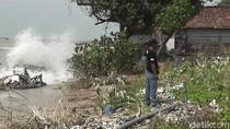 10 Makam Hilang karena Hanyut Diterjang Ombak Besar di Rembang