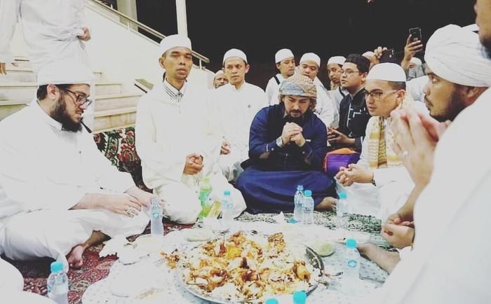 Wah, satu nampan nasi dengan beberapa potong ayam goreng itu dilahap oleh Ustaz Al Habsyi bersama dengan ulama lain, salah satunya Uztaz Abdul Somad. Sebelum makan, mereka terlihat memanjatkan doa lebih dulu. Foto: Instagram ustads_alhabsyi
