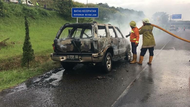 Mobil Ludes Terbakar di Tol Cipularang, Sopir Selamat