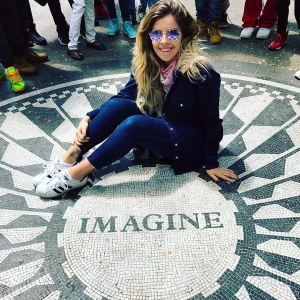 Beberapa waktu lalu, Dalma liburan ke New York. Di sana, Dalma berfoto di depan spot Imagine di Strawberry Fields, Central Park yang didedikasikan untuk mengenang kepergian John Lennon. (Dalma Maradona/Instagram)