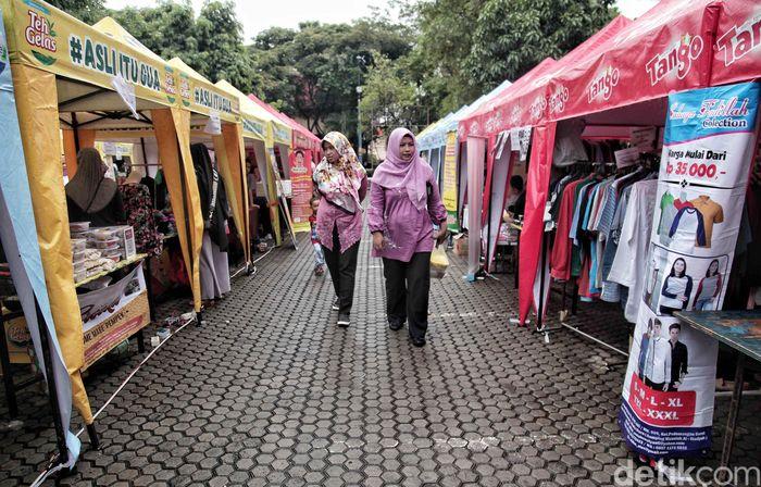 Sejumlah pedagang berjualan di Bazar Ramadan Karim di kawasan kantor Walikota Jakarta Utara, Jumat (25/5).