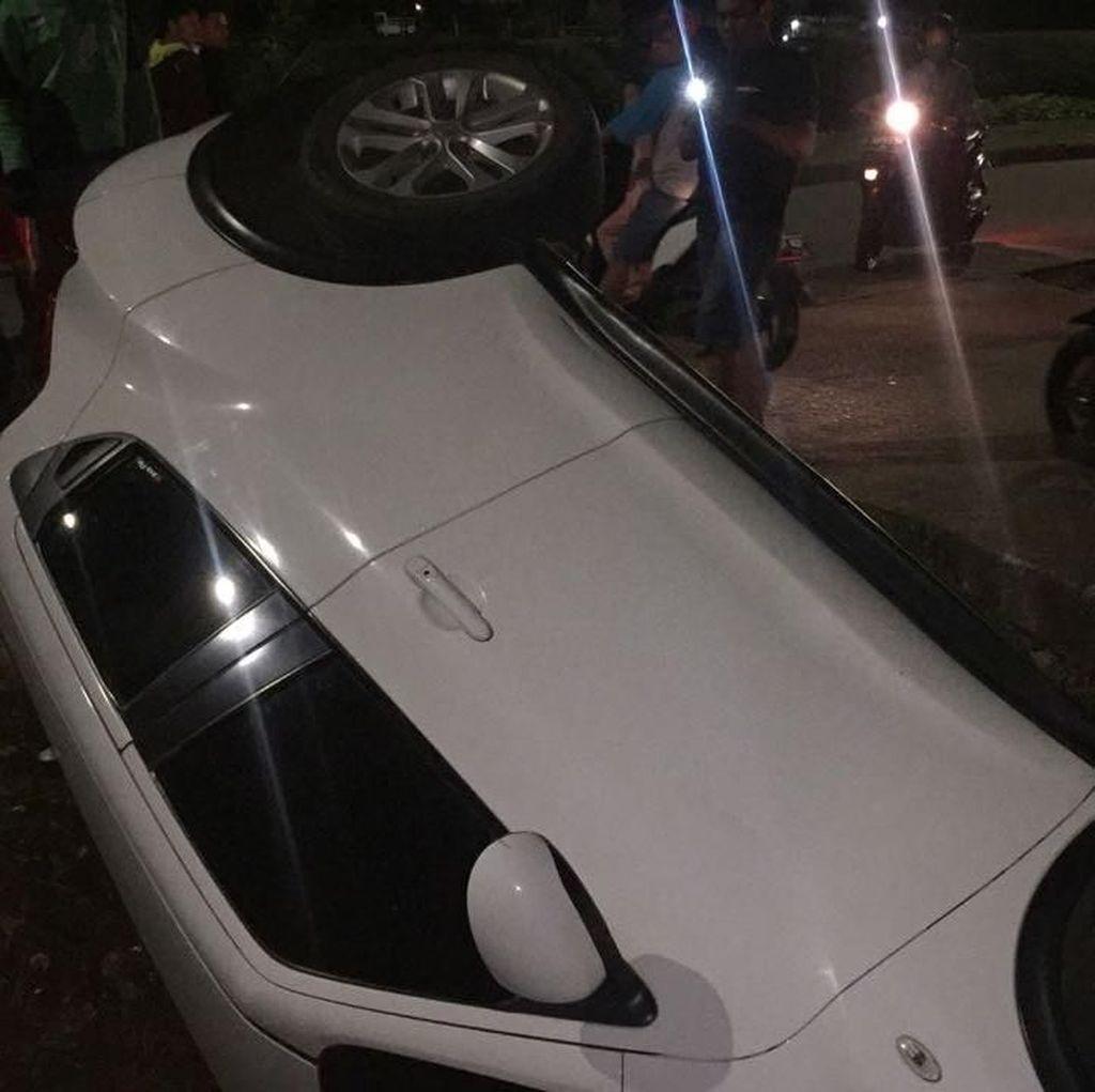 Petugas Damkar Evakuasi Mobil Terperosok ke Parit di BKT