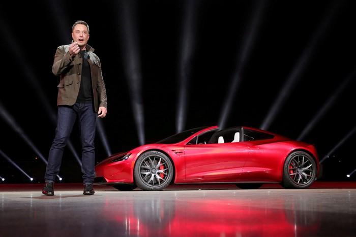 Elon Musk dan mobil Tesla. Foto: Reuters