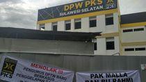 Spanduk Tolak Penggelap Dana Partai Terbentang di DPW PKS Sulsel