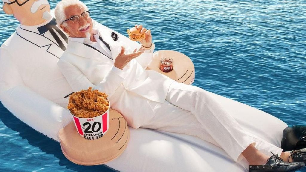 Lucunya! KFC Bagikan Hadiah Pelampung Sebesar Colonel Sanders