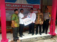 Di Sukabumi, Mensos Beri Bantuan ke Panti yang Urus Orang Gila