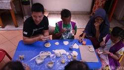 Dalam tugas akhirnya, Christoper Allen ingin melakukan sesuatu untuk mengurangi beban para anak pengidap kanker di YKAKI Surabaya.