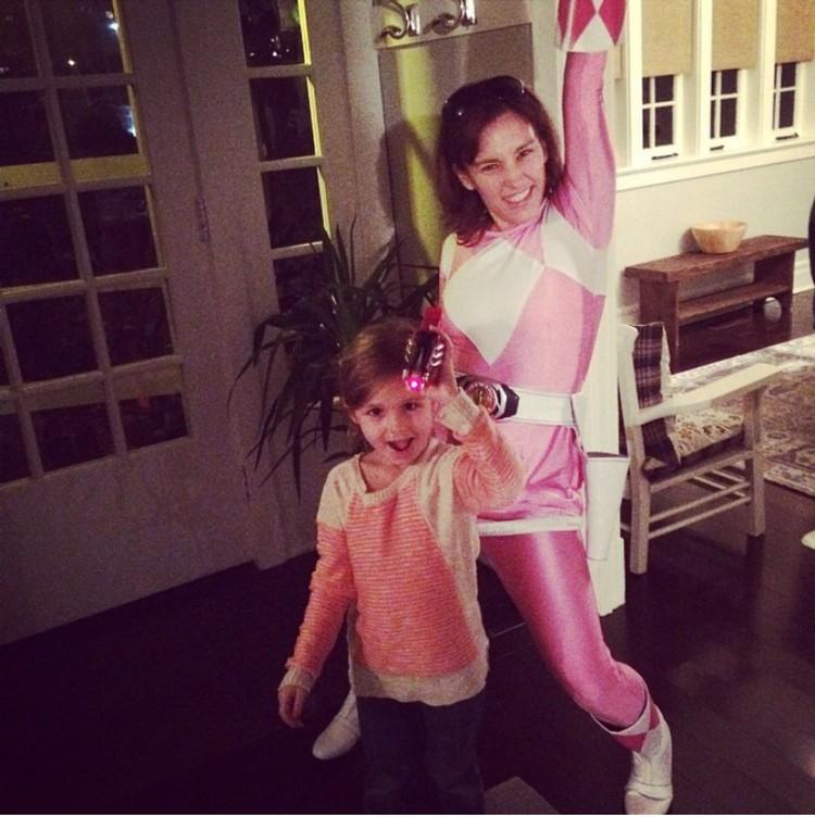 Inilah dia Amy Jo Johnson, si pemeran Ranger Pink. Kini Amy adalah ibu dari seorang anak perempuan yang cantik. (Foto: Instagram @atothedoublej)