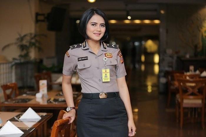 Bripda Ismi terkenal karena sosoknya paling mencolok saat polisi mengepung kantor kelurahan Arjuna, Bandung, tempat peledakan bom panci. (Foto: Instagram/ismiaisyah20)