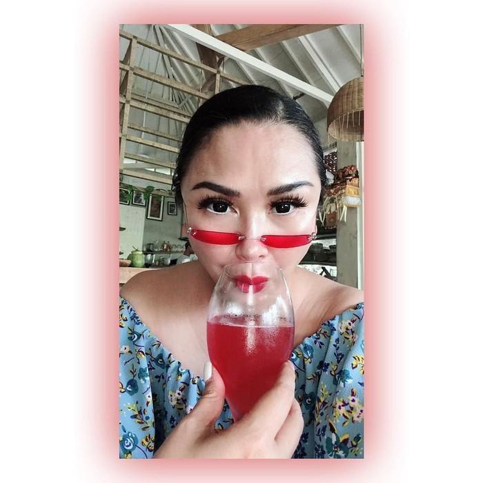 Menyandang predikat sebagai diva ternama asal Indonesia, Titi DJ punya pola hidup sehat. Titi juga gemar mengonsumsi sayuran dan buah. Foto: Instagram @ti2dj