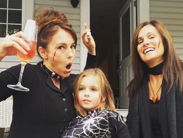 Dalam beberapa kegiatan, Amy memang sering mengajak serta anaknya. Misalnya di pesta helloween ini. (Foto: Instagram @atothedoublej)