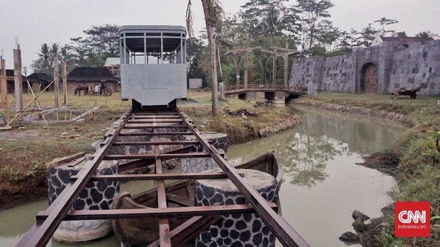 Hanung bahkan membangun lintasan trem untuk memberi kesan lawas dalam filmnya.