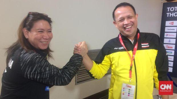 Susy Susanti dan Rexy Mainaky bersalaman di sela Piala Uber 2018 di Impact Arena, Bangkok, Kamis (24/5).