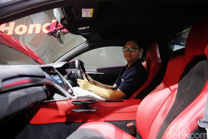 Penggemar mobil sport menjajal menaiki Honda NSX di Honda Gallery, Senayan City, Jakarta.