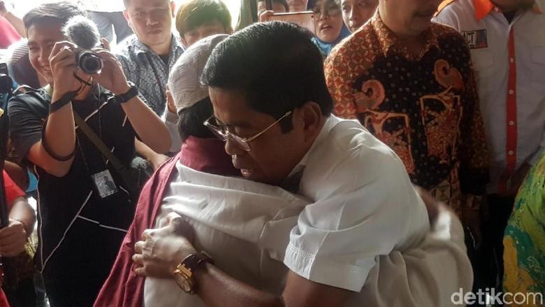 Momen Mensos Dipeluk Orang Gangguan Jiwa di Sukabumi