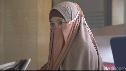 Kisah Hijrah Peggy Melati Sukma, Aline Adita Menikah dengan James Midgley