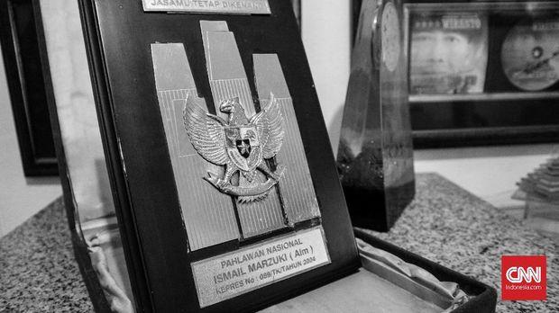 Piagam pahlawan nasional untuk Ismail Marzuki yang dipajang di rumah Rachmi Aziah.