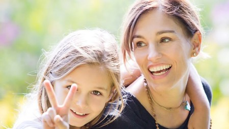 Amy Jo Johnson si Ranger Pink Ini Kompak Banget Sama Anaknya