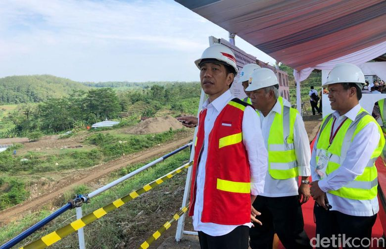 Presiden Jokowi didampingi Menteri Pekerjaan Umum dan Perumahan Rakyat (PUPR) Basuki Hadimuljono meninjau Bendungan Kuningan.