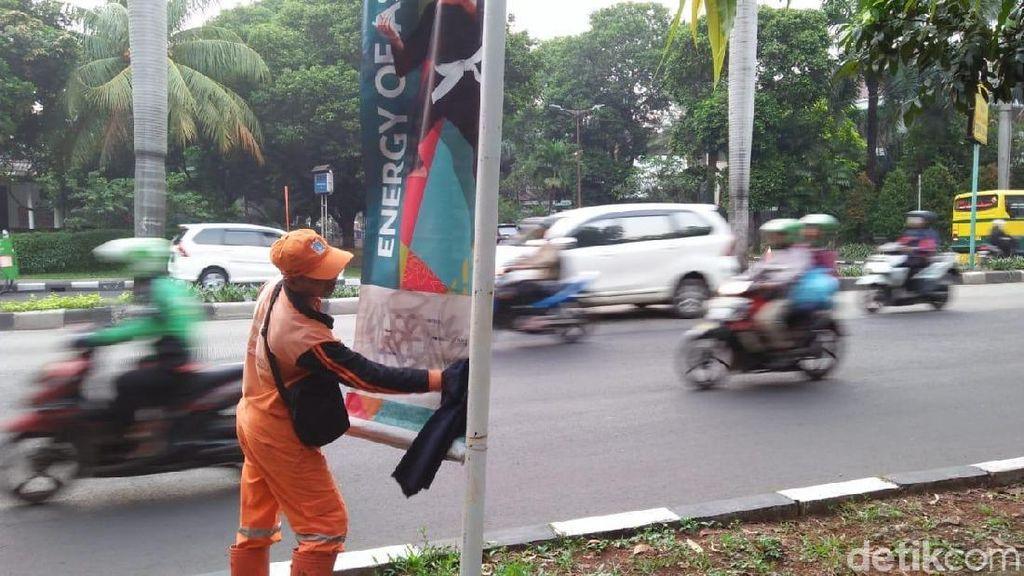 Pasukan Oranye Susah Payah Bersihkan Coretan Banner Asian Games
