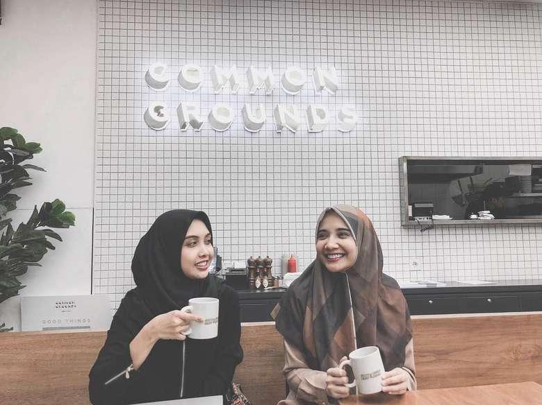 Sedang ada di kafe kopi, Zaskia pun berfoto dengan memegang cangkir di tangannya. Duh, makin cantik aja ya! Foto: Instagram @zaskiasungkar15
