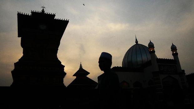 Sejumlah warga mengunjungi Masjid Menara Kudus di Desa Kauman, Kudus, Jawa Tengah, Sabtu (19/5). Selama Ramadan Masjid yang termasuk cagar budaya yang dibangun pada masa Sunan Kudus pada tahun 1549 Masehi dengan arsitektur perpaduan budaya Islam dengan budaya Hindu yang mempunyai menara seperti candi tersebut ramai dikunjungi umat Islam baik dari Kudus maupun daerah lain untuk beribadah dan berwisata religi. ANTARA FOTO/Yusuf Nugroho/nz/18.