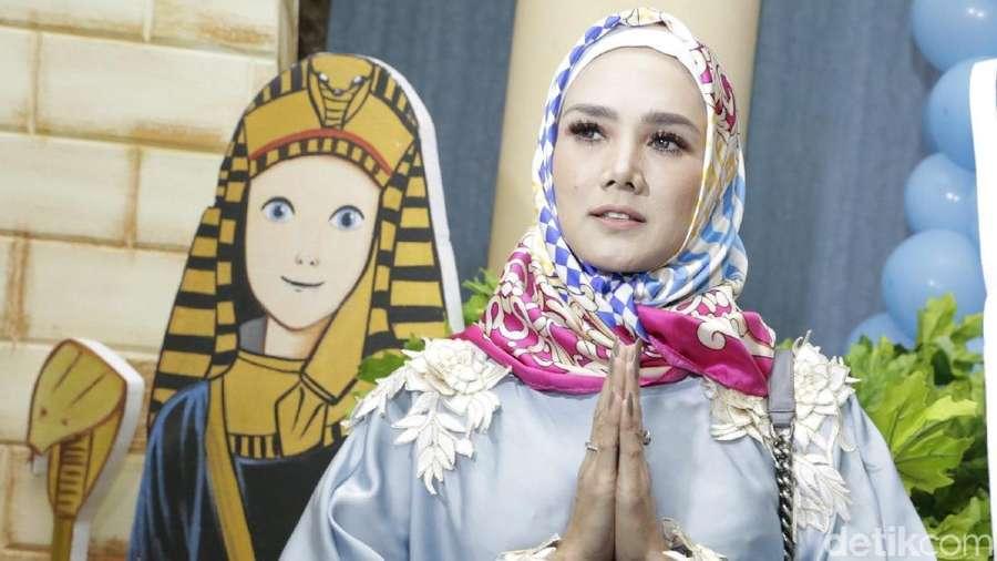 Pose Aura Kasih, Mulan Jameela Berhijab hingga Jennifer Dunn
