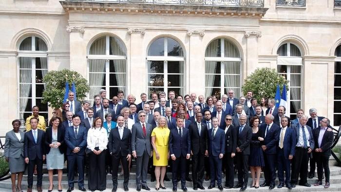 Presiden Prancis Emmanuel Macron dengan 50 CEO perusahaan. Foto: Reuters