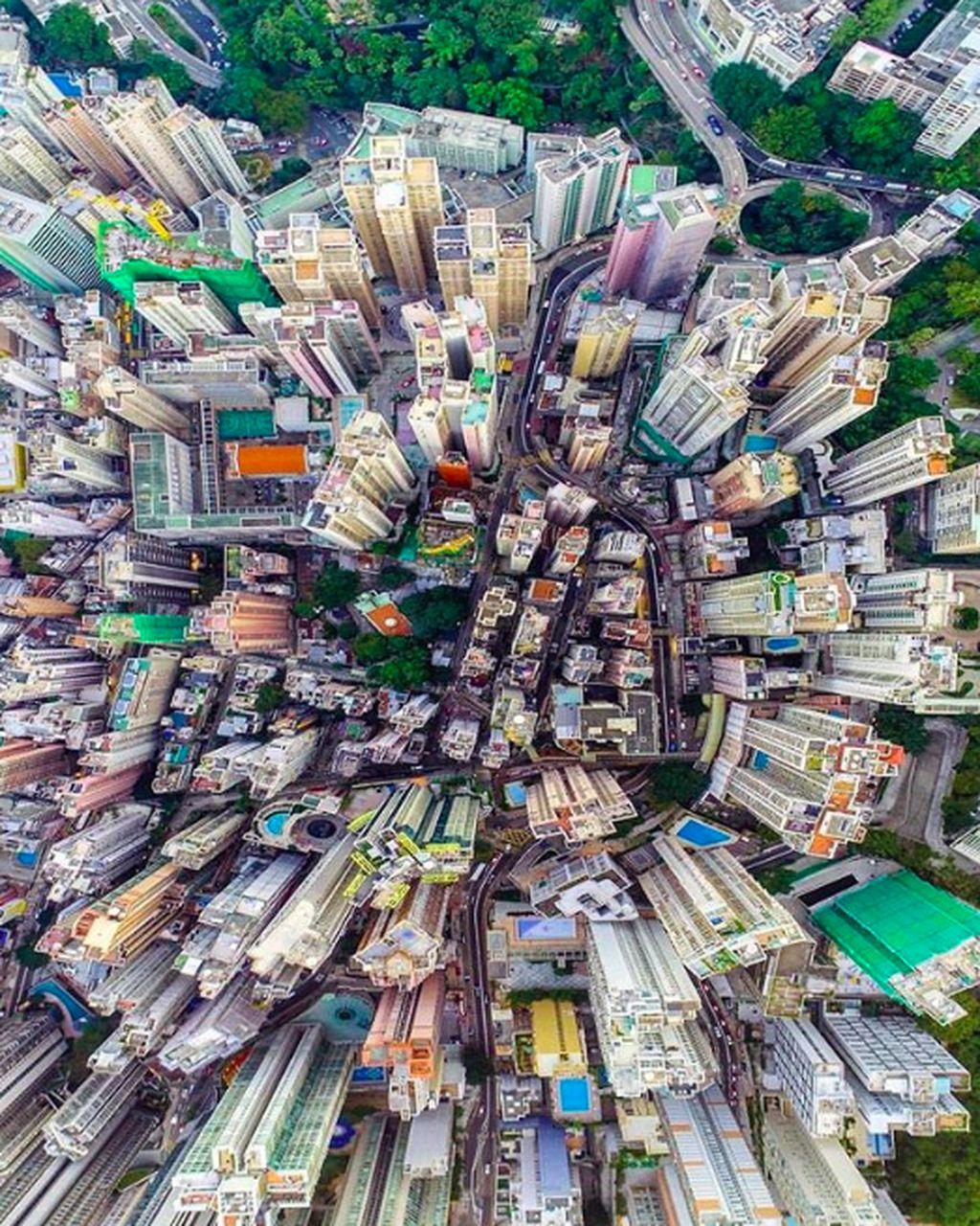Akun Instagram hongkong.insta memuat foto-foto tentang Hong Kong dari para pengguna Instagram. Ini salah satunya, penampakan pencakar langit Hong Kong dari atas. Foto: Instagram