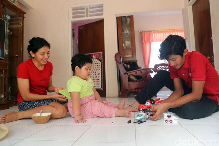 Saat berada diluar lintasan balap, Aiman terbilang sangat hangat dan intim menikmati waktu bersama keluarga kecilnya. Seperti ini keakraban mereka.