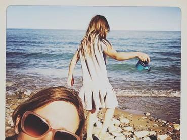 Di akun Instagram-nya, Amy sering berbagi fotonya bersama putri kecilnya. Ini salah satunya, saat mereka sedang main ke pantai. (Foto: Instagram @atothedoublej)