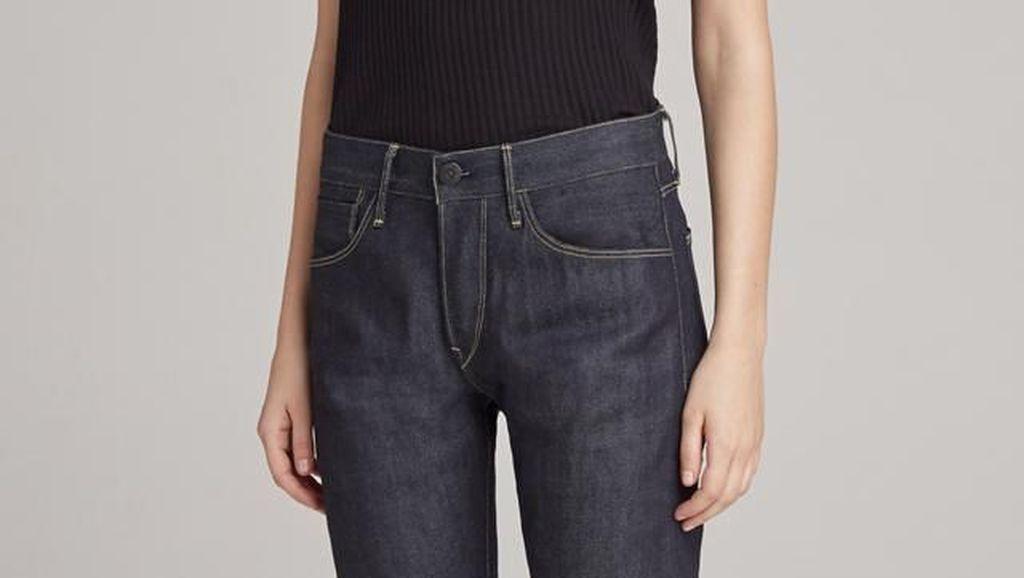 Nggak Cuma Stylish, Jeans Ini Bisa Bersihkan Handphone Tiap Kali Dikantongi