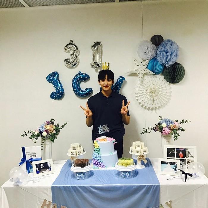 Sedang merayakan hari Ulang Tahunnya yang ke-31. Ji Chang Wook terlihat sangat imut sekali ya senyumnya. Ditambah ornamen hingga kuenya serba biru. Gemas! Foto: Instagram @jichangwook