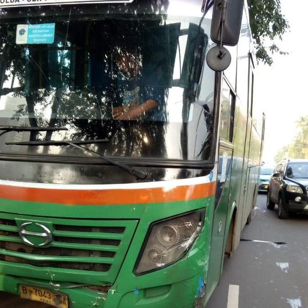 Bus Mayasari Tabrakan Beruntun dengan Mobil dan Motor di Semanggi