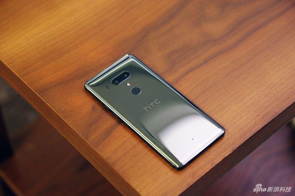 Bodi ponsel ini mengusung material kaca dengan rangka metal. Foto: Sina Mobile