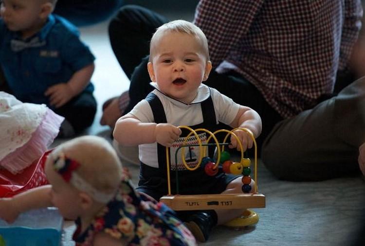 Saat anak ulang tahun, kadang sebagai orang tua kita baru menyadari waktu begitu cepat berlalu. Kayaknya baru kemarin si kecil dilahirkan, sekarang sudah pandai bicara, dan punya banyak banget kemampuan. Nah, yang ini foto Pangeran George saat umurnya baru beberapa bulan. (Foto: Getty Images)