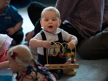 Nah, ini saat Pangeran George masih bayi. Sepertinya hebih banget dengan mainannya ya, hi-hi. (Foto: Getty Images)