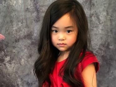 Hmm, kalau diperhatikan Lim mirip tokoh Disney Rapunzel, si gadis berambut emas dan panjang itu ya? (Foto: Instagram/lim_nikole)
