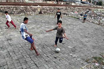 Ngabuburit Sambil Main Bola di Pinggir Rel
