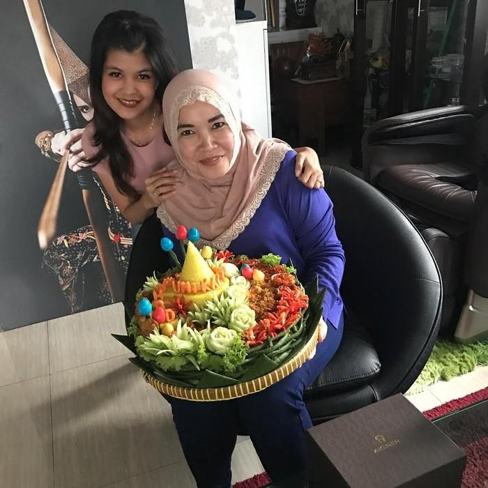 Aktif membagikan aktivitas sehari-harinya di Instagram, ibu dari Ayu Ting Ting memiliki hobi kulineran bersama keluarga dan teman-teman. Foto: Instagram @mom_ayting92_