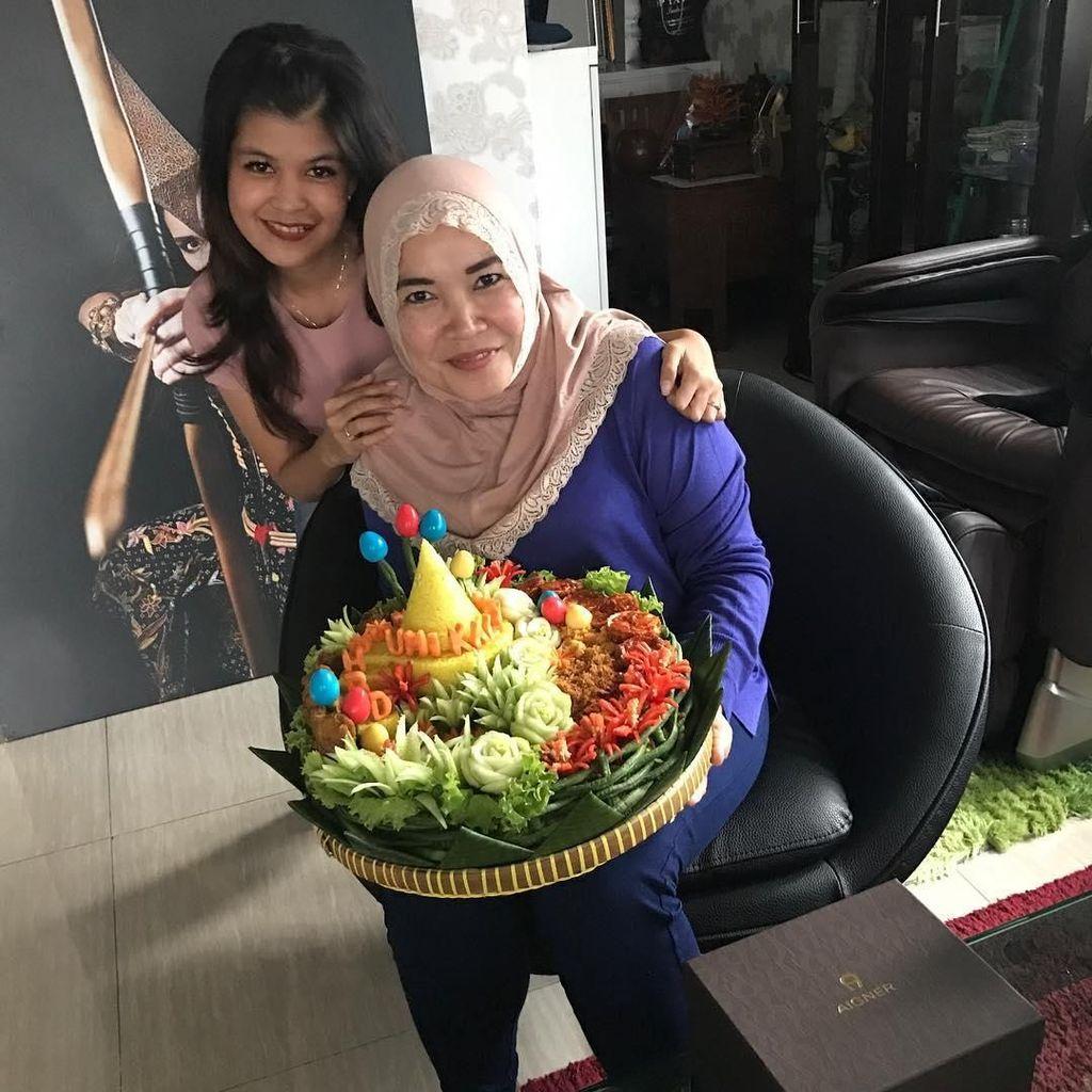 Ini 10 Gaya Kulineran Umi Kalsum, Ibu Ayu Ting Ting yang Hits di Instagram