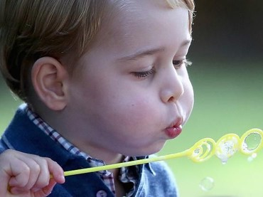 Serius banget nih Pangeran George meniup gelembung sabun. (Foto: Getty Images)