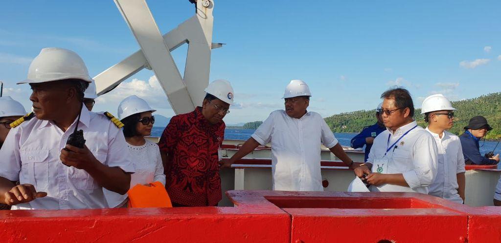 Menkominfo menyambangi kapal penggelar kabel optik, yakni Nusantara Ekspress di perairan Tateli, Pineleng, Minahasa, Sulawesi Utara. Foto: BAKTI