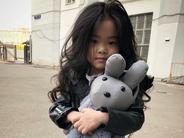 Lim dan bonekanya sama-sama menggemaskan, he-he-he. (Foto: Instagram/lim_nikole)