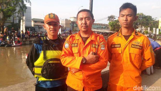 Penanggung jawab Pusdalops BPBD Bekasi Aditya DP di lokasi pencarian sopir pikap di Kalimalang